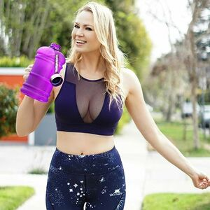 Do you drink enough water? 💦💦 @thebigbottleco makes it easy to achieve your daily water intake: 1 DAY = 1 BOTTLE (2.2 Liter) 💜 It comes in variety of awesome colors ! #onedayonebottle #thebigbottleco.com #stayhydrated #bpafree #livebig